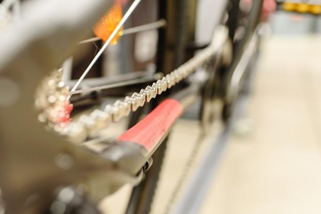 マウンテンバイクの後輪にカセットを入れてギアを変える。