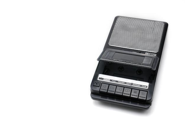 Кассетный магнитофон для записи и воспроизведения аудиокассет на белом изолированном фоне.