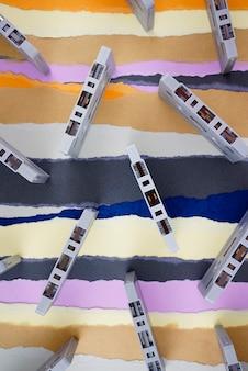 Кассеты классические старинные антикварные ностальгии плоские лежали на разорванном фоне цветной бумаги