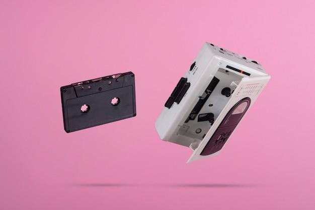 분홍색 배경에 떠있는 카세트