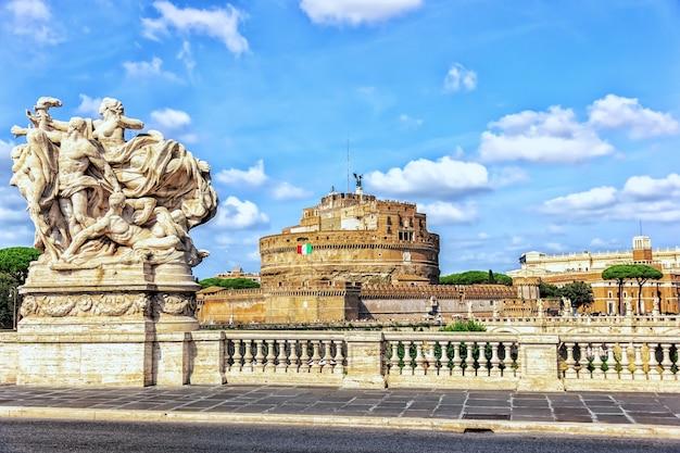 이탈리아 로마의 폰테 비토리오 에마누엘레 2 세라고 불리는 다리에서 산탄 젤로 성.