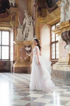 Красивая невеста в роскошном барочном интерьере castel.
