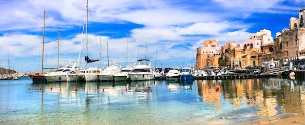 Кастелламмаре-дель-гольфо - красивый прибрежный город на острове сицилия. италия