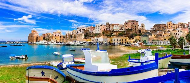 Кастелламмаре-дель-гольфо - красивая традиционная рыбацкая деревня на сицилии. италия