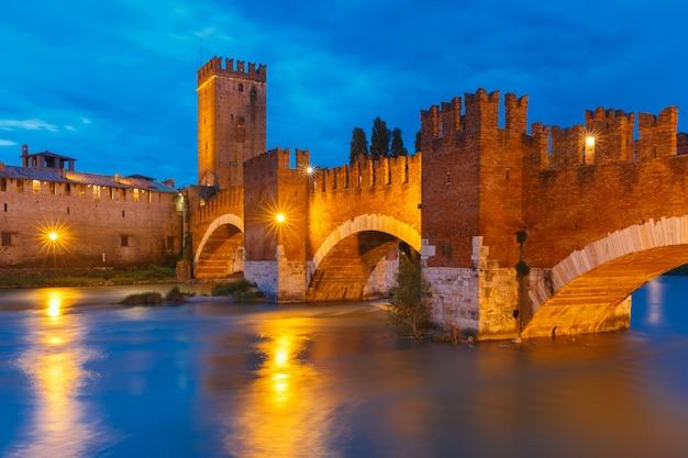 イタリア北部のヴェローナの夜のイルミネーションのカステルヴェッキオ