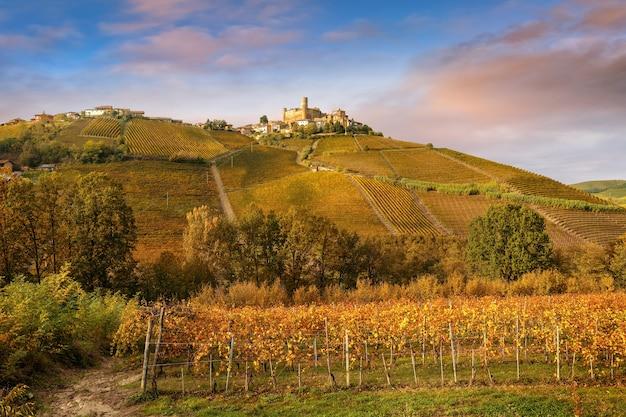 Деревня кастильоне фаллетто в винодельческом регионе бароло, ланге, пьемонт, италия