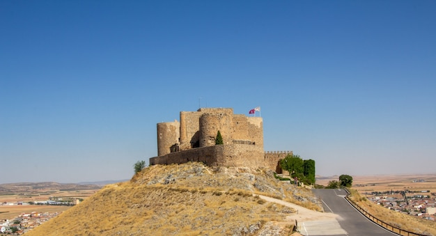 Кастильо-де-ла-муэла - это замок, расположенный в муниципалитете консуэгра, и является одним из наиболее хорошо сохранившихся во всей кастилии-ла-манча.