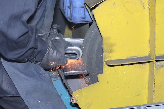 Casting iron grinding process by grinding wheel