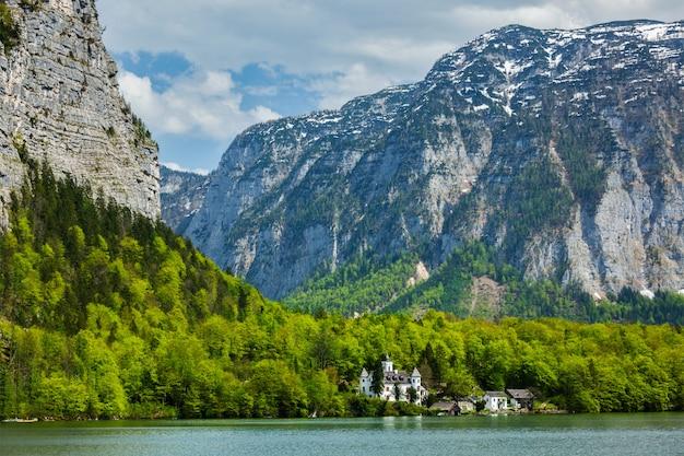 Замок в гальштеттер зее горное озеро в австрии