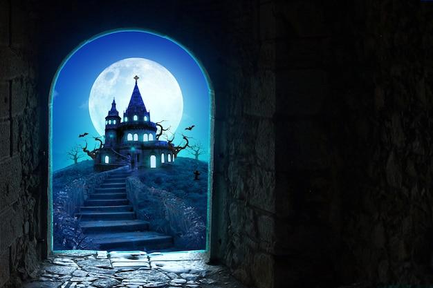 Замок за открытой дверью замок на хэллоуин и баннер или плакат в полнолуние