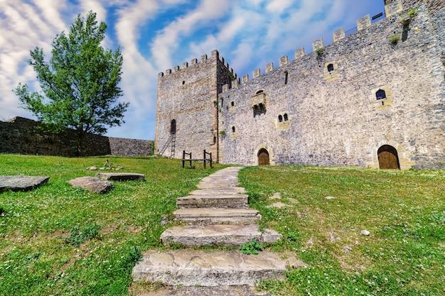 Фасад замка с каменной лестницей, ведущей к главному входу. argueso santander.