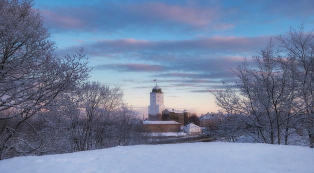 Замок в выборге зимой, вид сверху с холма над городом