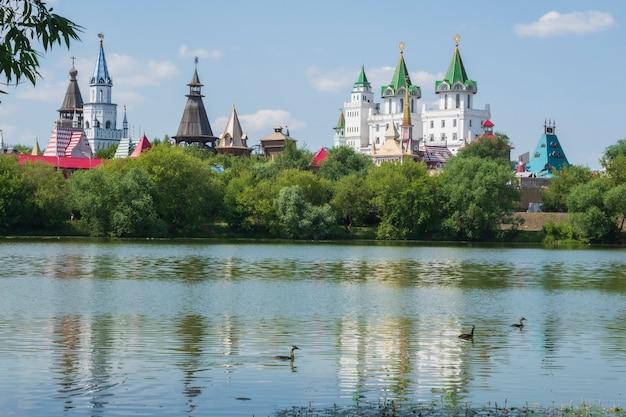 イズマイロヴォのクレムリン城とロシア、モスクワのセレブリャノヴィノグラドニー池での反射
