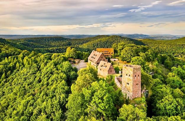 Замок hunebourg в горах вогезы - нижний рейн, эльзас, франция