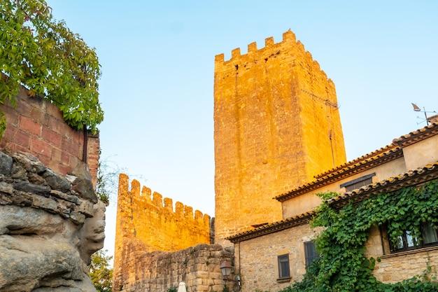 Замок средневекового города ператальяда, исторический центр на закате, жирона на побережье коста брава в каталонии в средиземном море