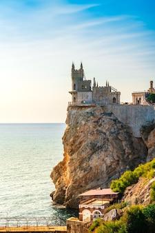 Замок ласточкино гнездо на берегу черного моря. красивое туристическое место в крыму.