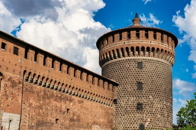 Замок герцогов сфорца в городе милан, ломбардия, италия.