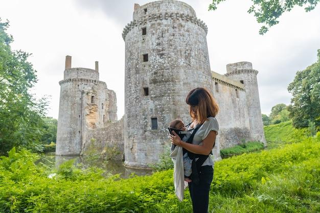 Замок hunaudaye - средневековая крепость, мать с ребенком в гостях, французская бретань. исторический памятник франции