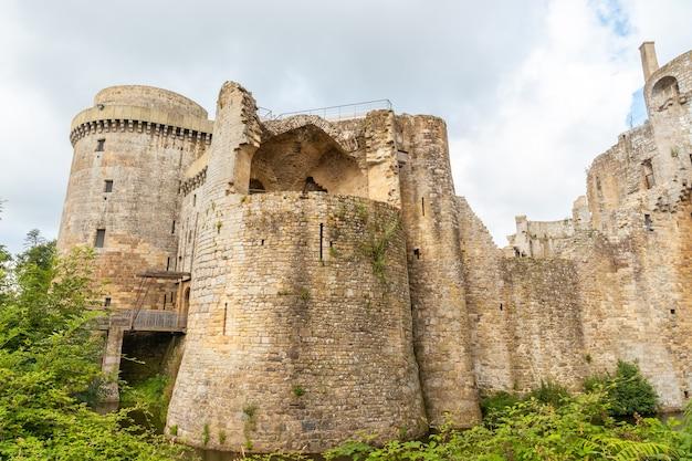 Замок hunaudaye - средневековая крепость, красивые валы французской бретани. исторический памятник франции