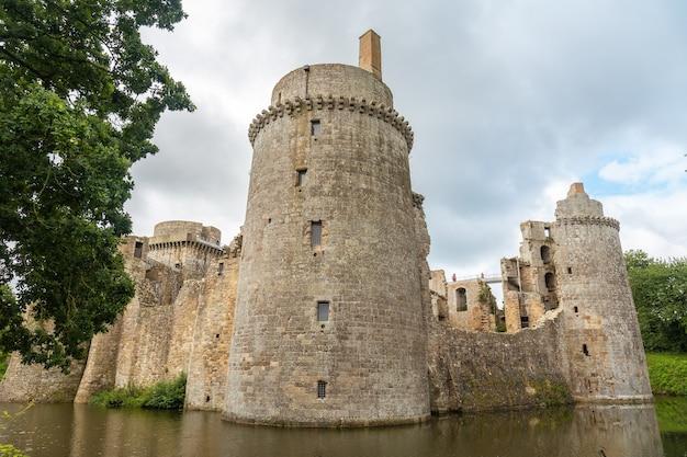 Замок хунаудай - средневековая крепость, окруженная красивыми стенами французской бретани. исторический памятник франции