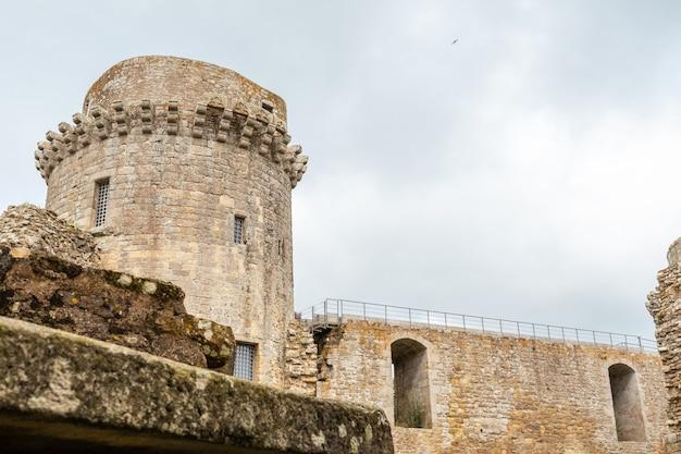 Замок хунаудай - средневековая крепость с руинами внутри французской бретани. исторический памятник франции