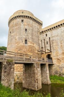 Замок hunaudaye - средневековая крепость, окруженная водой, французская бретань. исторический памятник франции