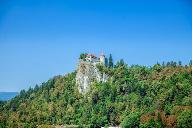 夏の崖の上にある城