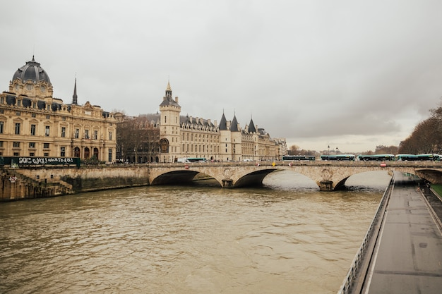 城-フランス、パリのセーヌ川にある刑務所コンシェルジュと交換橋。
