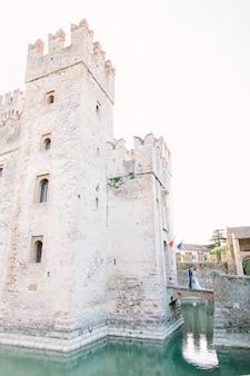 Замок скалигеро, средневековый замок в сирмионе на берегу озера гарда, италия