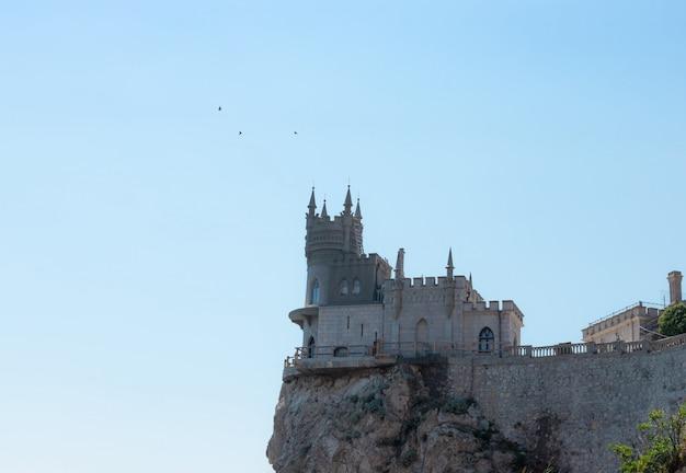 Замок ласточкино гнездо на берегу черного моря