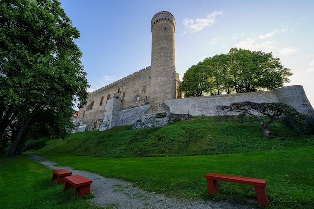 탈린 에스토니아 시에서 벤치가 있는 공공 공원 옆에 있는 성 타워.