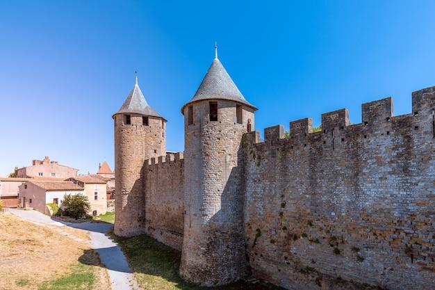 中世のカルカソンヌの町の城壁と展望台
