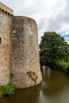 Замковые стены hunaudaye - средневековая крепость французской бретани. исторический памятник франции
