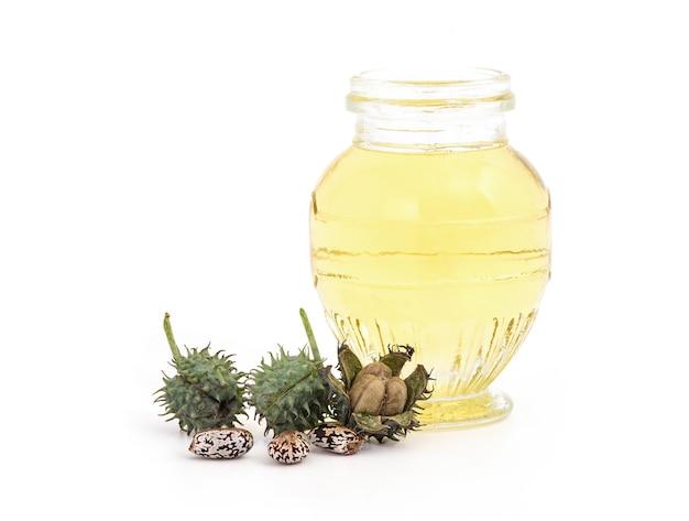 ひまし油、果物、種子、油を白で分離。