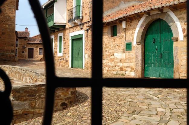 窓から見たcastrillo de los polvazares村の通り