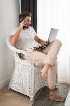 在宅勤務を楽しむカジュアルな大人の男性 Premium写真