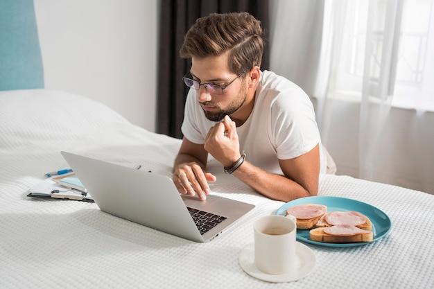 Случайный взрослый мужчина, наслаждающийся работой дома