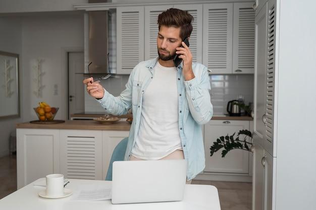 Случайный взрослый мужчина разговаривает по телефону
