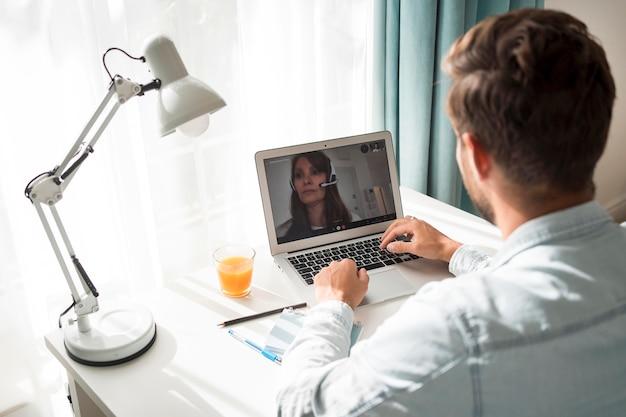 Videoconferenza maschio adulto casuale a casa