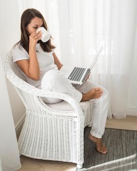Donna adulta casuale che lavora a casa