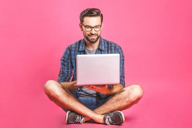 캐주얼 비즈니스 남자 편안한 작업 및 랩톱 컴퓨터에서 인터넷 브라우징. 프리랜서 앉아서 집에서 노트북 키보드에 입력