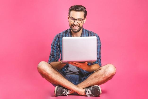 Вскользь бизнесмен расслабленный работая и просматривая интернет на портативном компьютере. внештатный сидя и набрав на клавиатуре ноутбука в домашнем офисе
