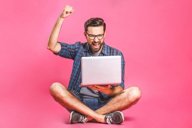 カジュアルなビジネスの男性は、仕事やラップトップコンピューターでインターネットの閲覧をリラックスしました。フリーランスの座っているとホームオフィスでラップトップのキーボードで入力