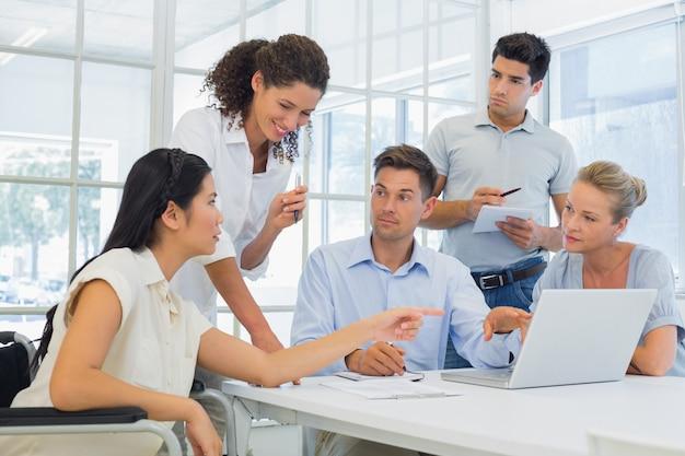 会議を持つカジュアルなビジネスチーム