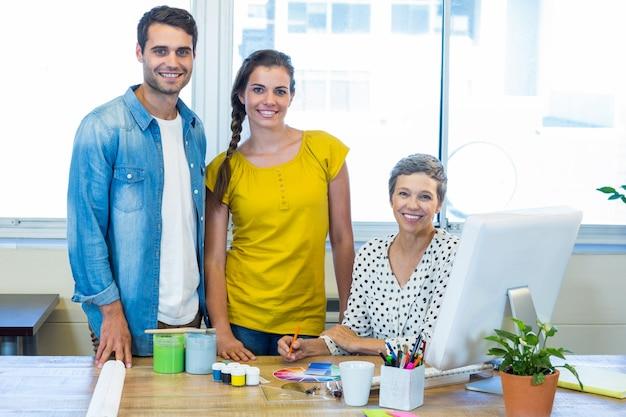 会議中にカメラで微笑んでいるカジュアルなビジネスチーム