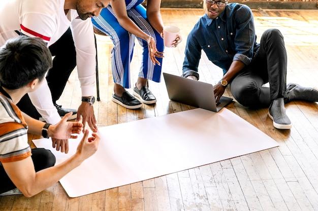Случайная бизнес-команда, работающая над проектом