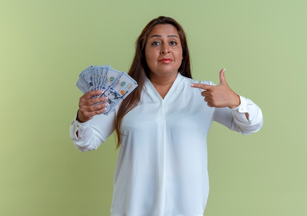 캐주얼 백인 중년 여인 들고 돈을 가리키는