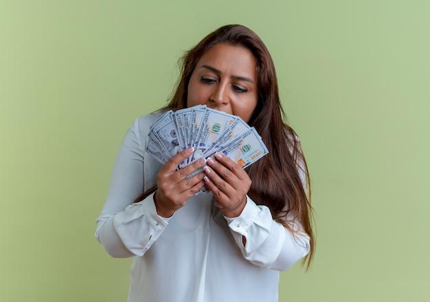 Donna di mezza età caucasica casuale che tiene e che esamina soldi