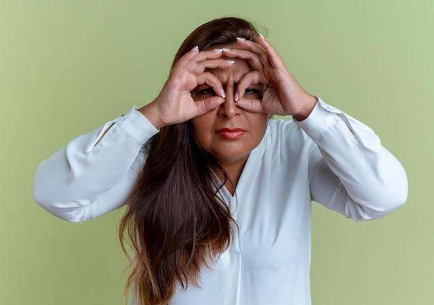 見た目のジェスチャーを示すカジュアルな白人の中年女性