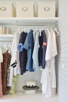 현대 가정에서 열린 옷장에 매달려 캐주얼 옷